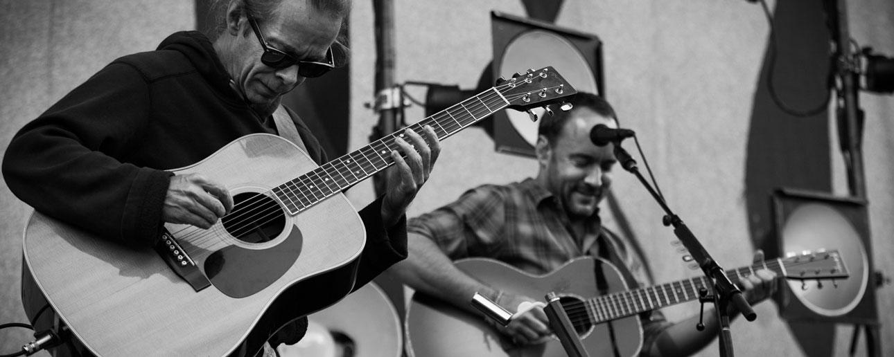 Tim Reynolds & Dave Matthews playing guitar
